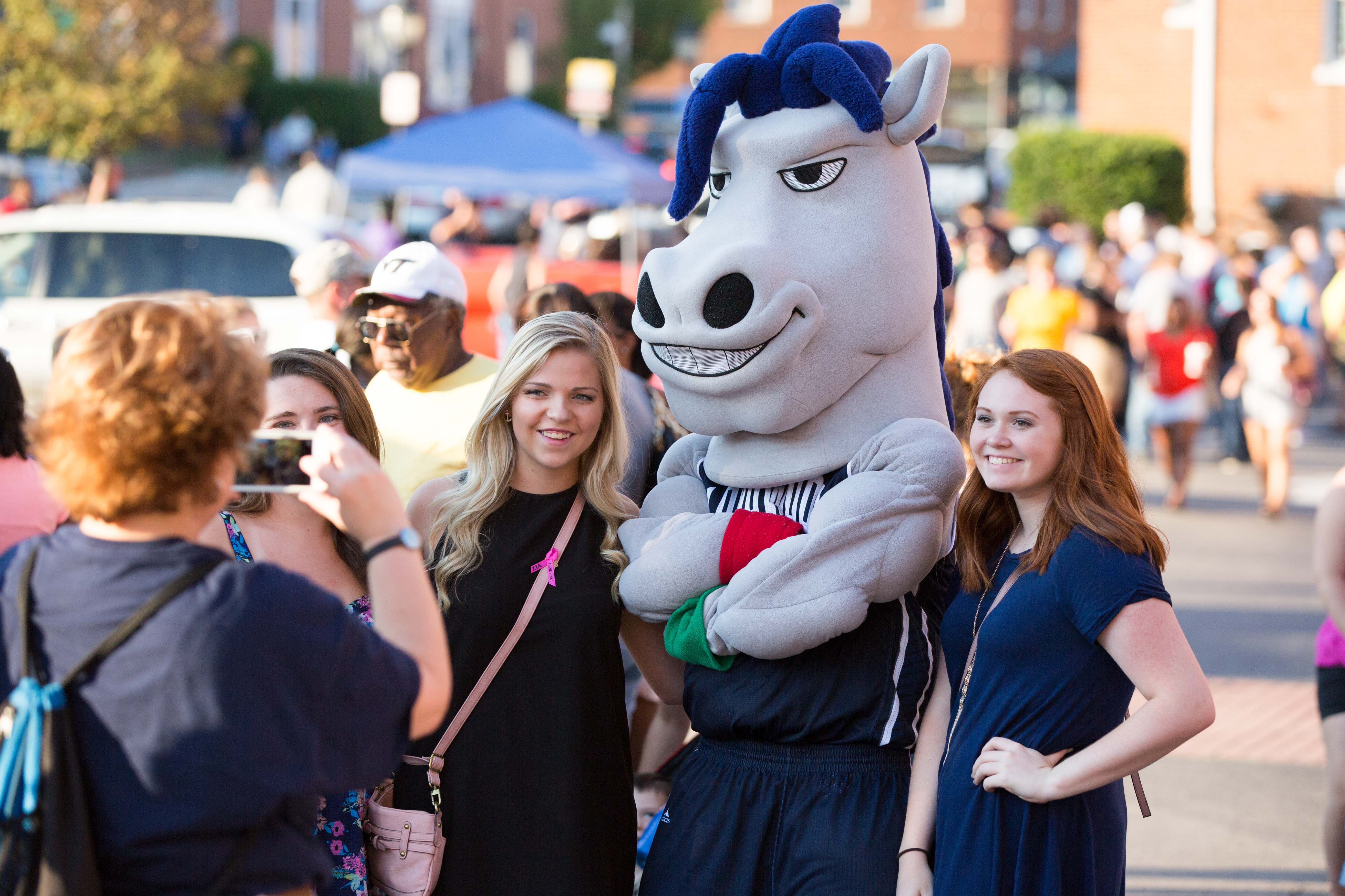 Students pose with Longwood's mascot at Family Weekend